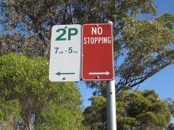 2Pは最長2時間駐車可 7AM-5PMの時間外は何時間でも駐車可 赤は駐停車不可