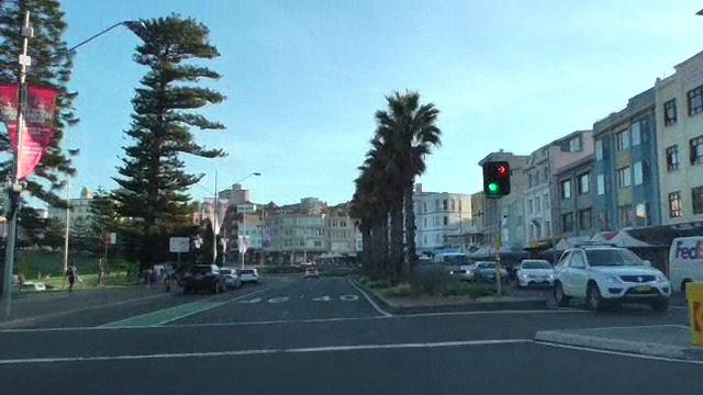写真左がビーチ、右にレストラン、カフェ、ショップが軒を連ねる
