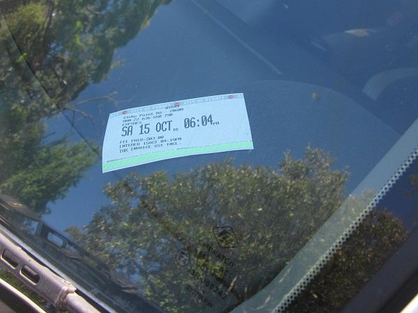 発券された駐車チケットを外から見えるようにダッシュボードに置く。