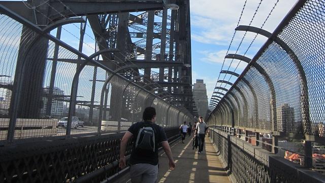 橋の上の歩道