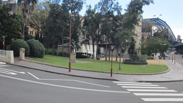 奥の白い建物が'Cadman's Cottage(カドマンズコテージ)