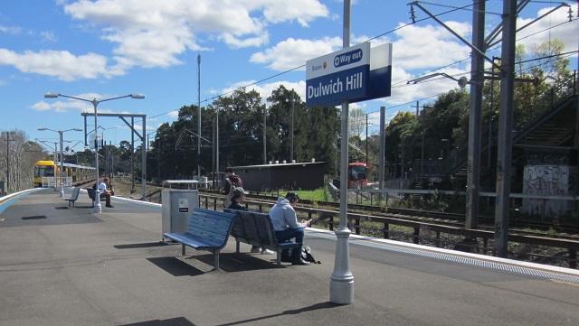 シドニートレインの駅ホームから、右側にライトレイルの駅を望む
