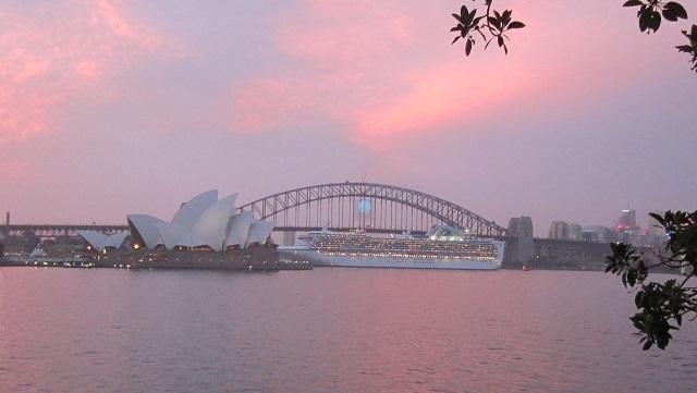 豪華客船が出航するところをミセスマッコーリズチェアから撮影