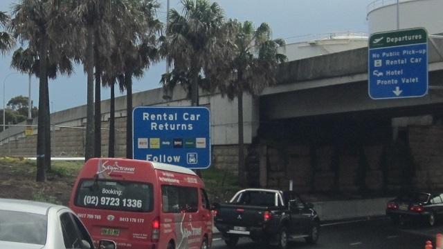 「Rental Car Returns」のサインに従って'返却場所へ