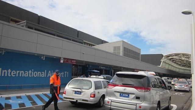 シドニー国際空港出発ロビーの外