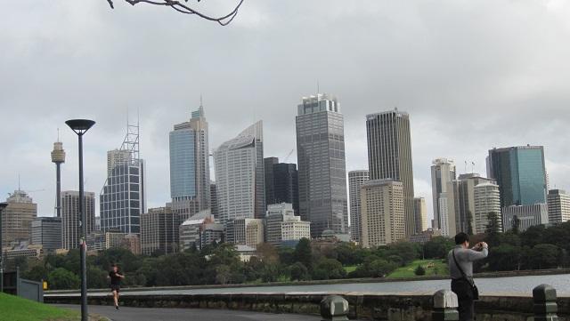 ミセス・マッコーリーズ・チェアへの散歩コースからシドニーの街を望む
