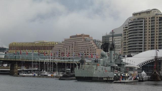 ピアモントブリッジと海洋博物館(右) 後ろはホテルNovotel(ノボテル)とIbis(アイビス)