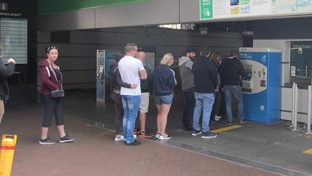 フェリー乗り場でシングルチケットを購入する人達