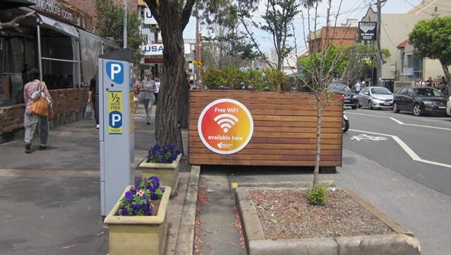Free WiFiのサインが街のいたるところに