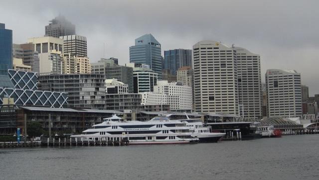 停泊しているクルーズ船の後ろがKing Street Wharf(キングストリート・ワーフ)