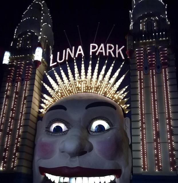 ライトアップされたルナパーク正門