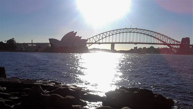 Mrs Macquarie's ChairからHarbour BridgeとOpera Houseを見る