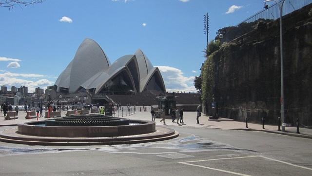ロイヤルボタニックガーデンはオペラハウスの右側