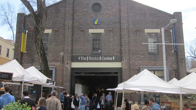 シドニービジターセンターの入るビルはThe Rocks Centre(ザ・ロックス・センター)といい、この中にはお土産屋をはじめとする様々な店が並んでいます。