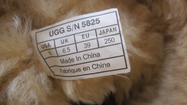 UGG®製ブーツのタグに「Made in China」の表記が