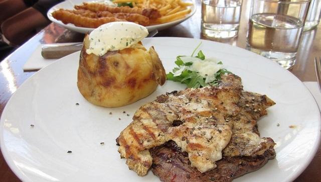 上がクロコダイル肉、下がカンガルー肉(マンリーのレストランにて)
