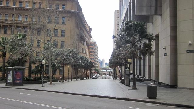 Bent Streetから、Young Streetを望んだ先にはハーバーブリッジが見える