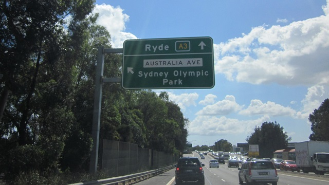 「Australia Ave/Sydney Olympic Park」の道路標示