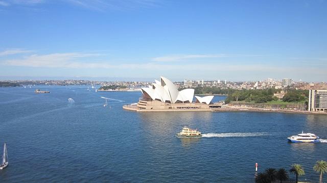 シドニーのハーバーブリッジの上から見たオペラハウス