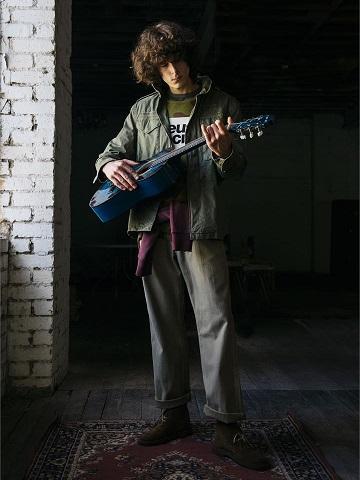 デウスエクスマキナのギターを弾くモデル