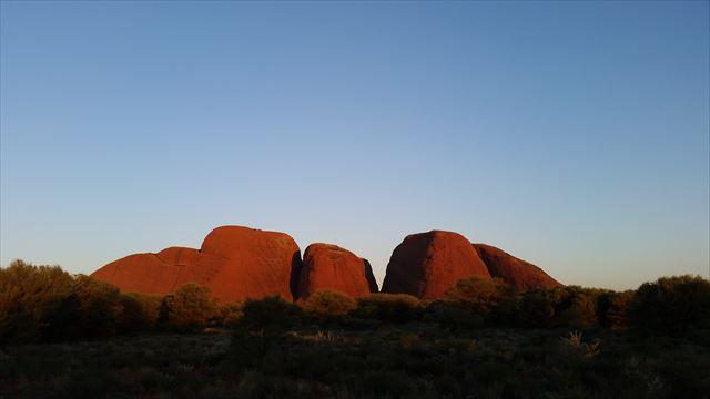 夕暮れ時のカタジュタの岩群